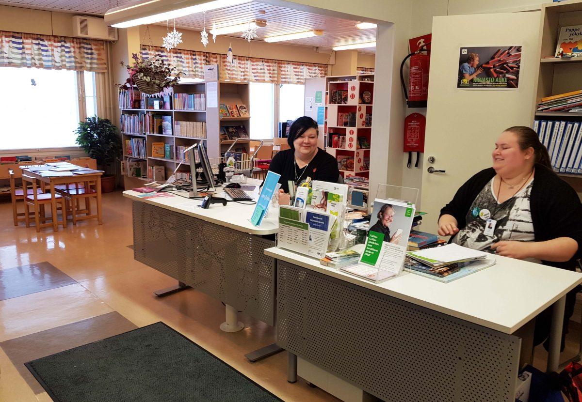 Puumalan kirjaston palvelutiski ystävällisinen työntekijöineen